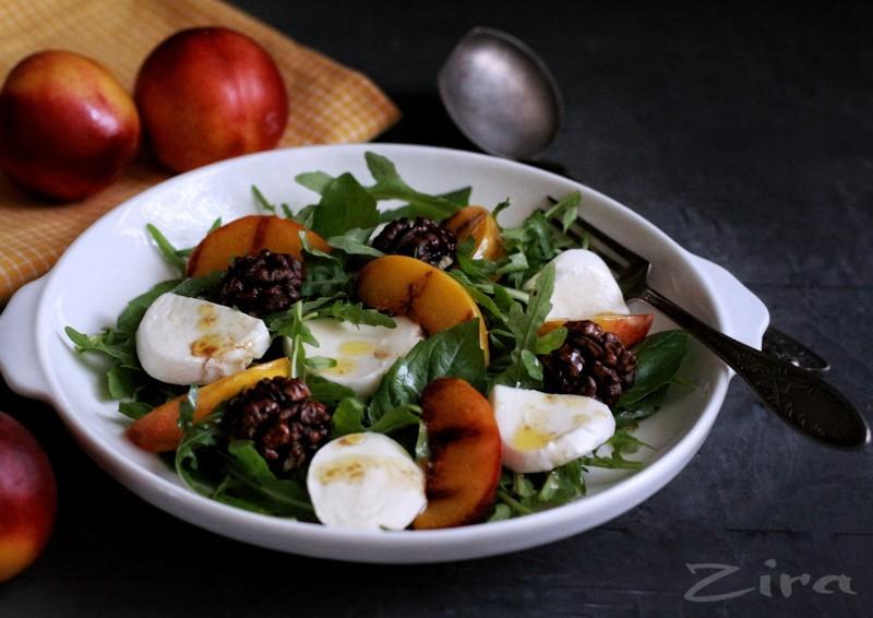 Салат с персиками, обжаренными на гриле