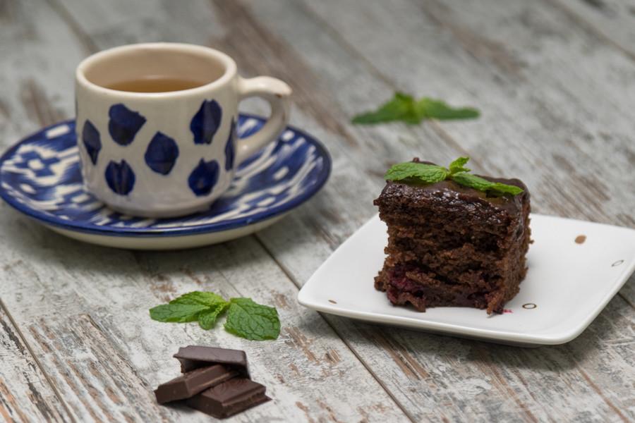 Qaynatilgan suv qo'shib pishirilgan shokoladli keks
