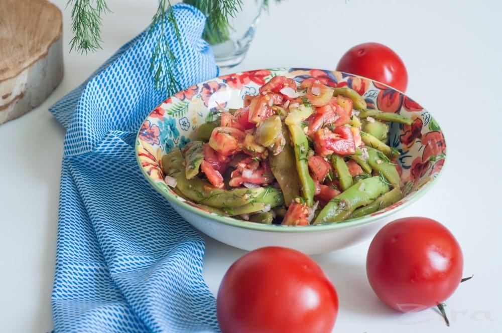 Салат с помидорами и стручковой фасолью