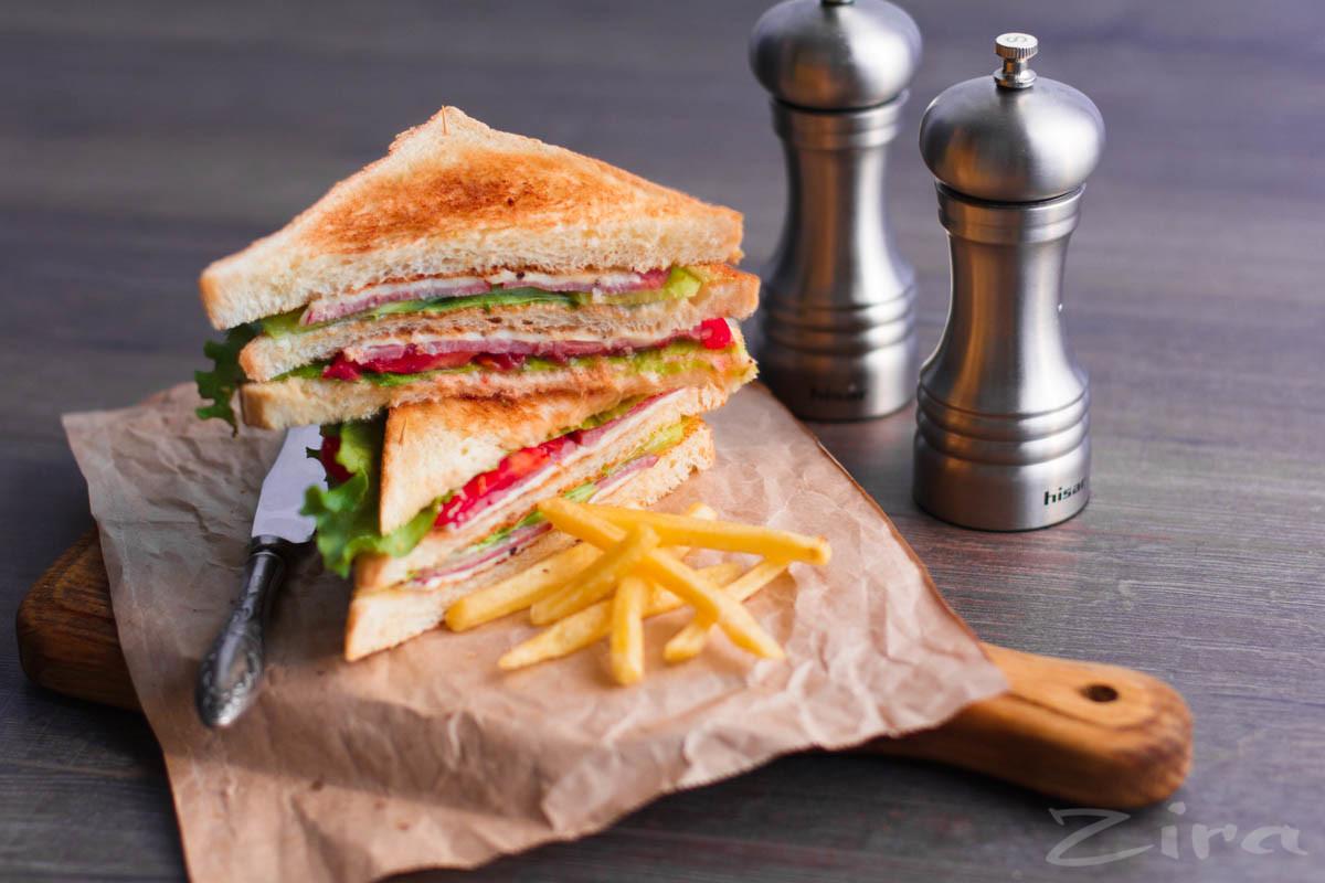 Клаб-сэндвич с копченой индейкой