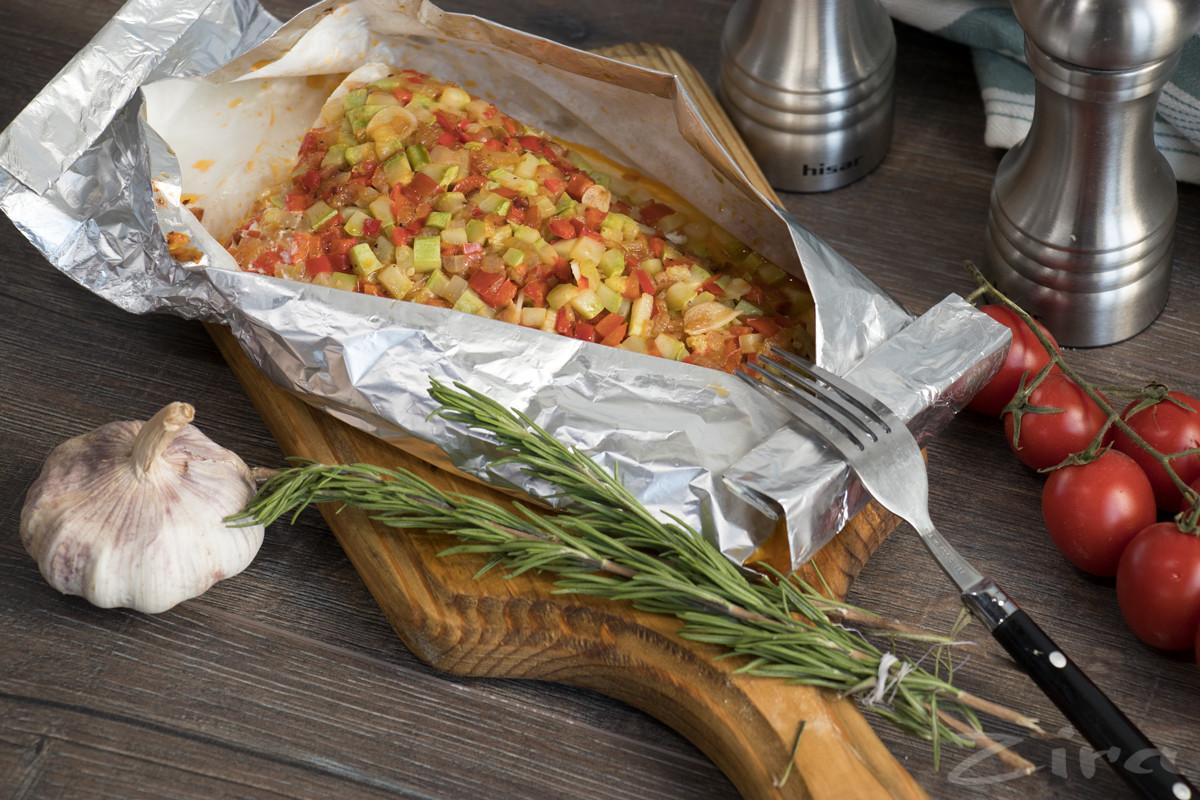 Белая рыба в фольге с овощами