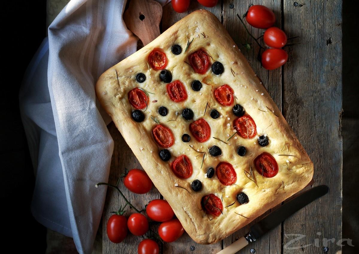 Фокачча с помидорами черри, оливками и розмарином