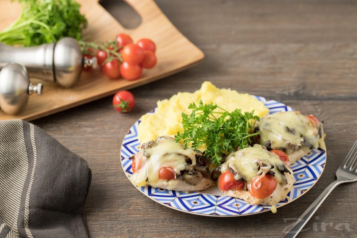 Куриная отбивная с грибами и сыром