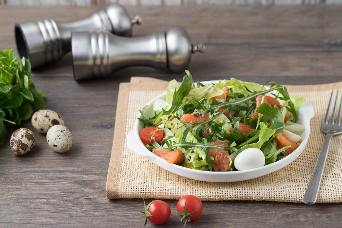Салат с красной рыбой и перепелиными яйцами