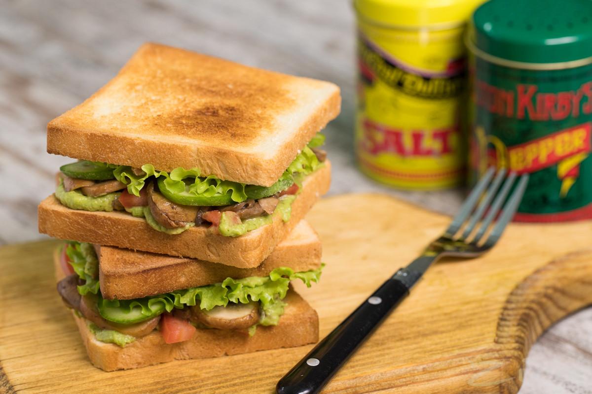 Сэндвич с гуакамоле и шампиньонами