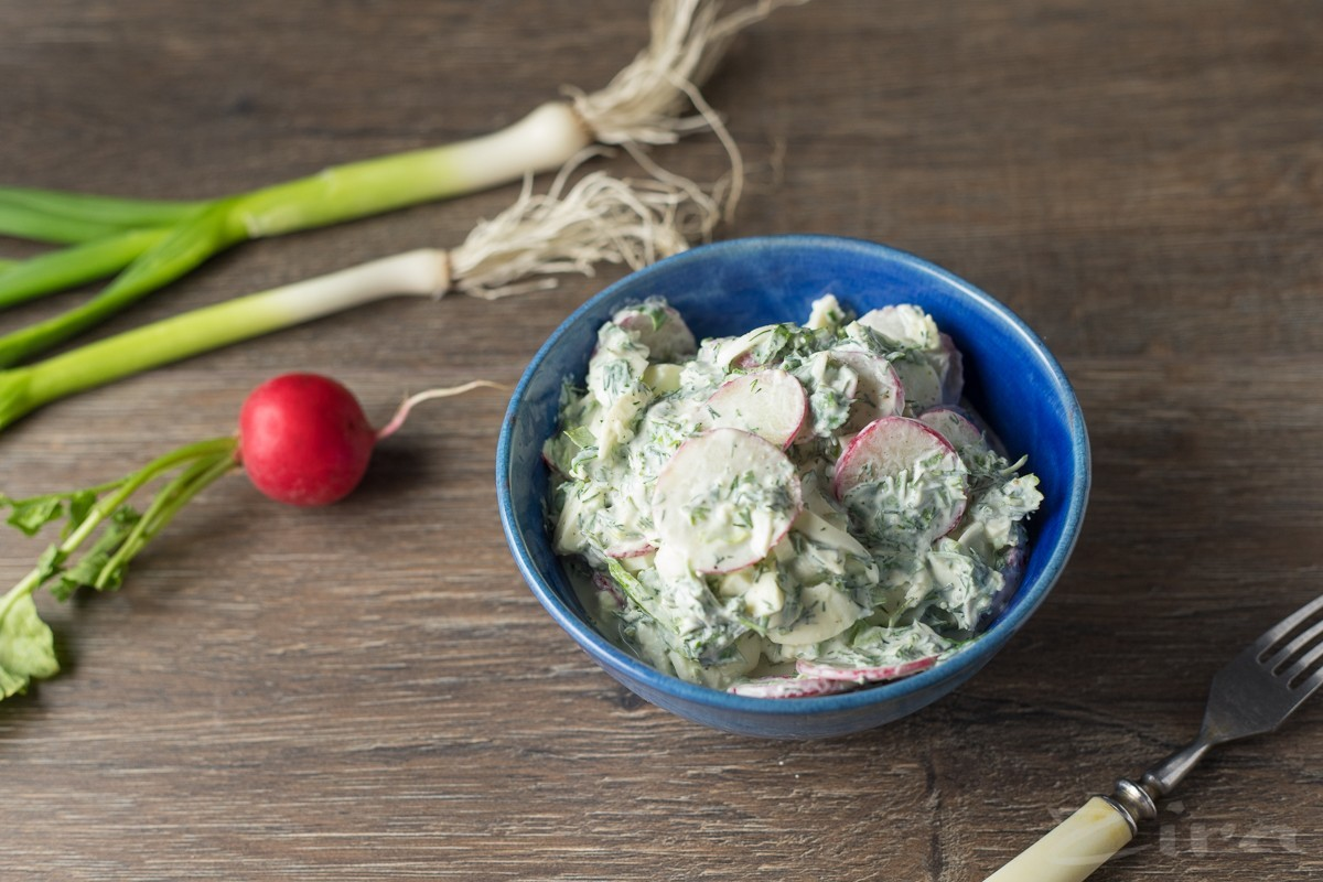 Салат с редисом и яйцами