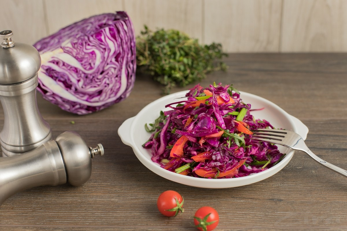 Салат из краснокочанной капусты с рукколой