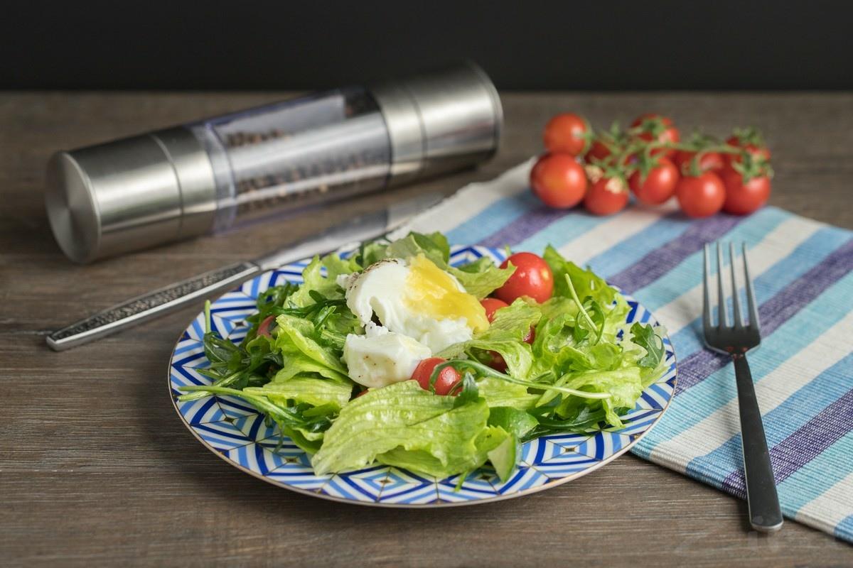 Видеорецепт: салат к завтраку с яйцом-пашот
