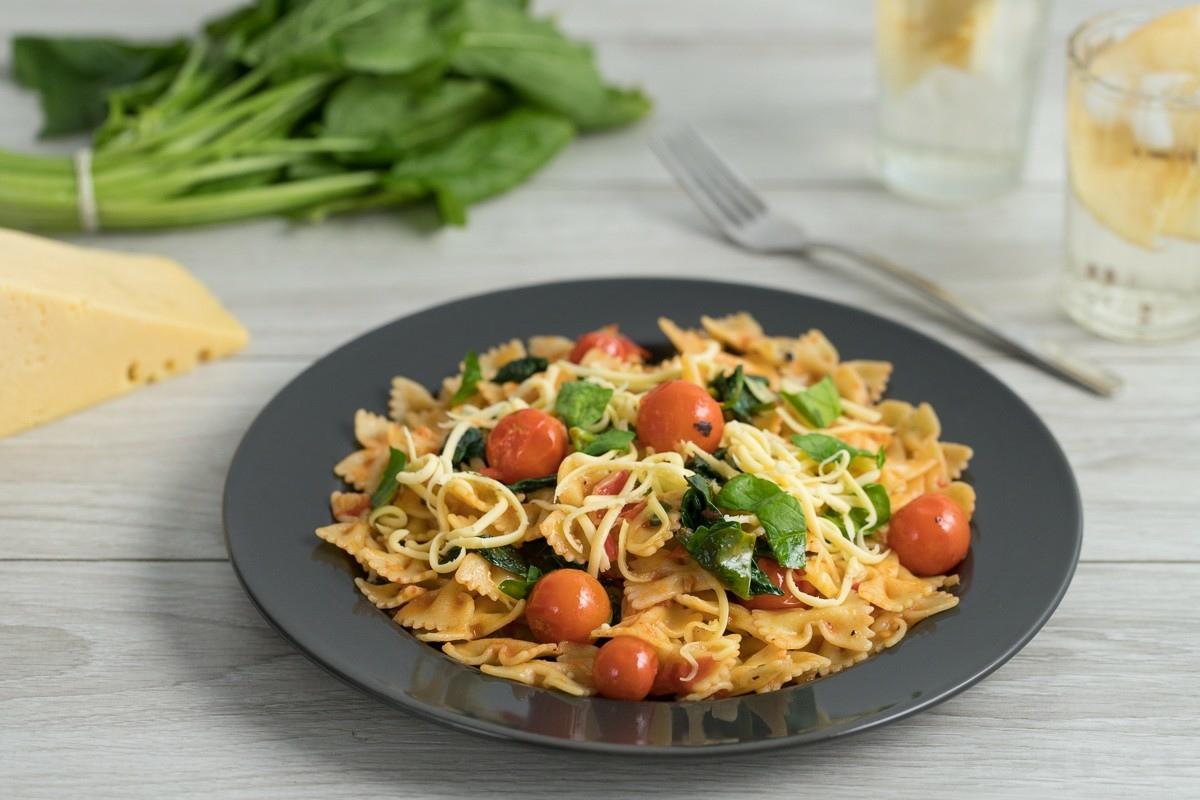 Паста с томатами и шпинатом