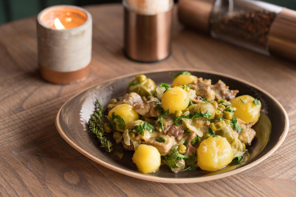 Рецепт от заведения Milly: баранья лопатка с картофелем и горошком