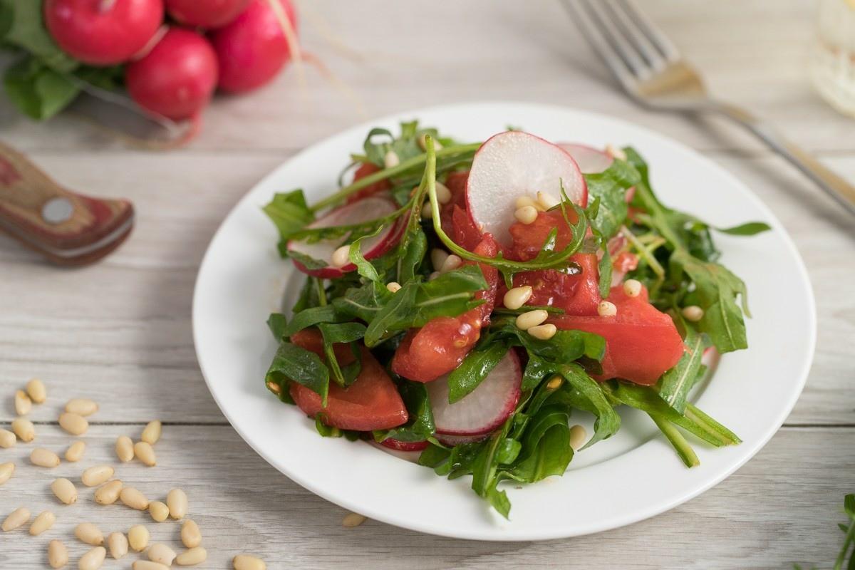 Rukkola, rediska va pomidordan salat