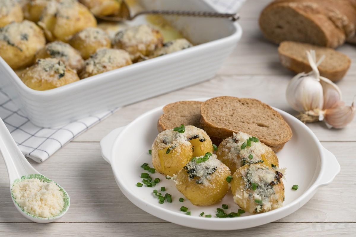 Запеченный картофель с чесночным маслом и пармезаном