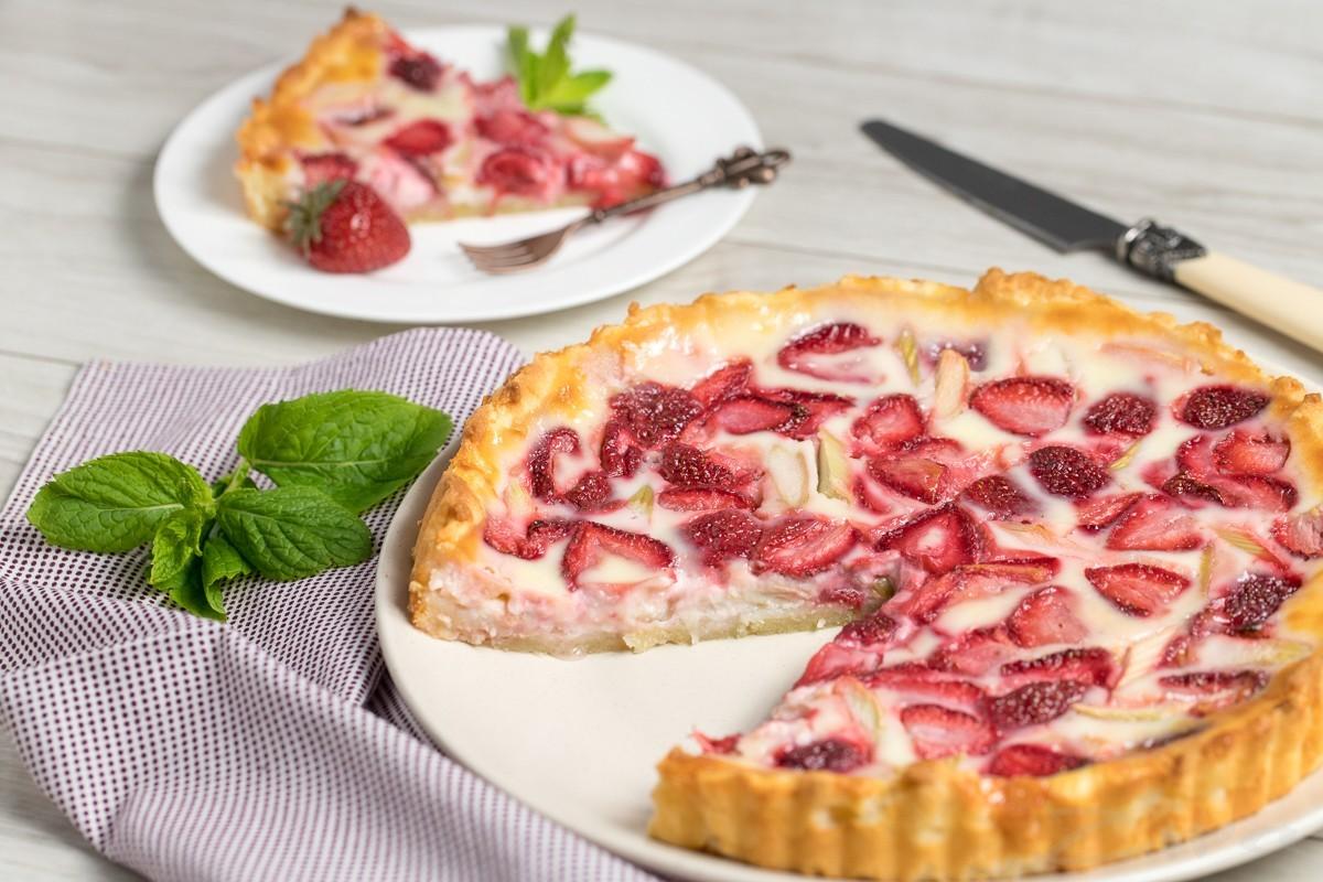 Пирог с ревенем и клубникой со сметанной заливкой