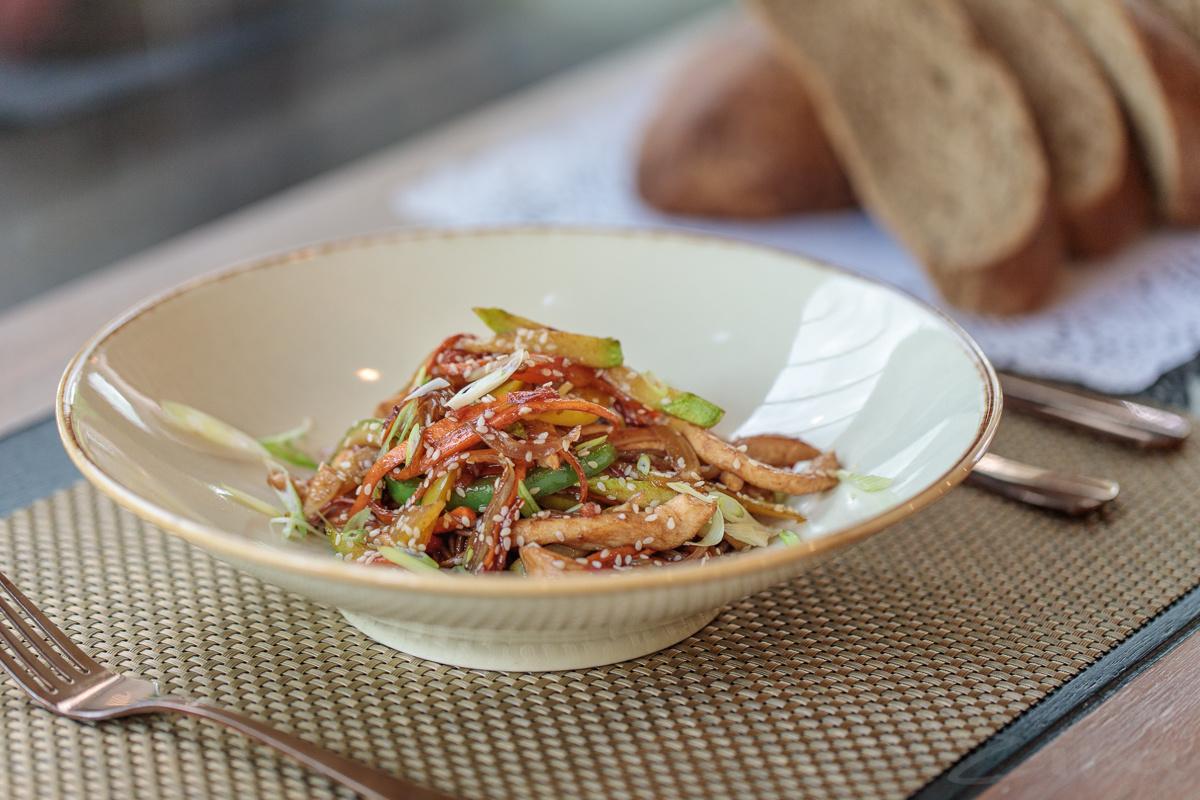 Рецепт от заведения Edison: рисовая лапша с курицей в соусе терияки