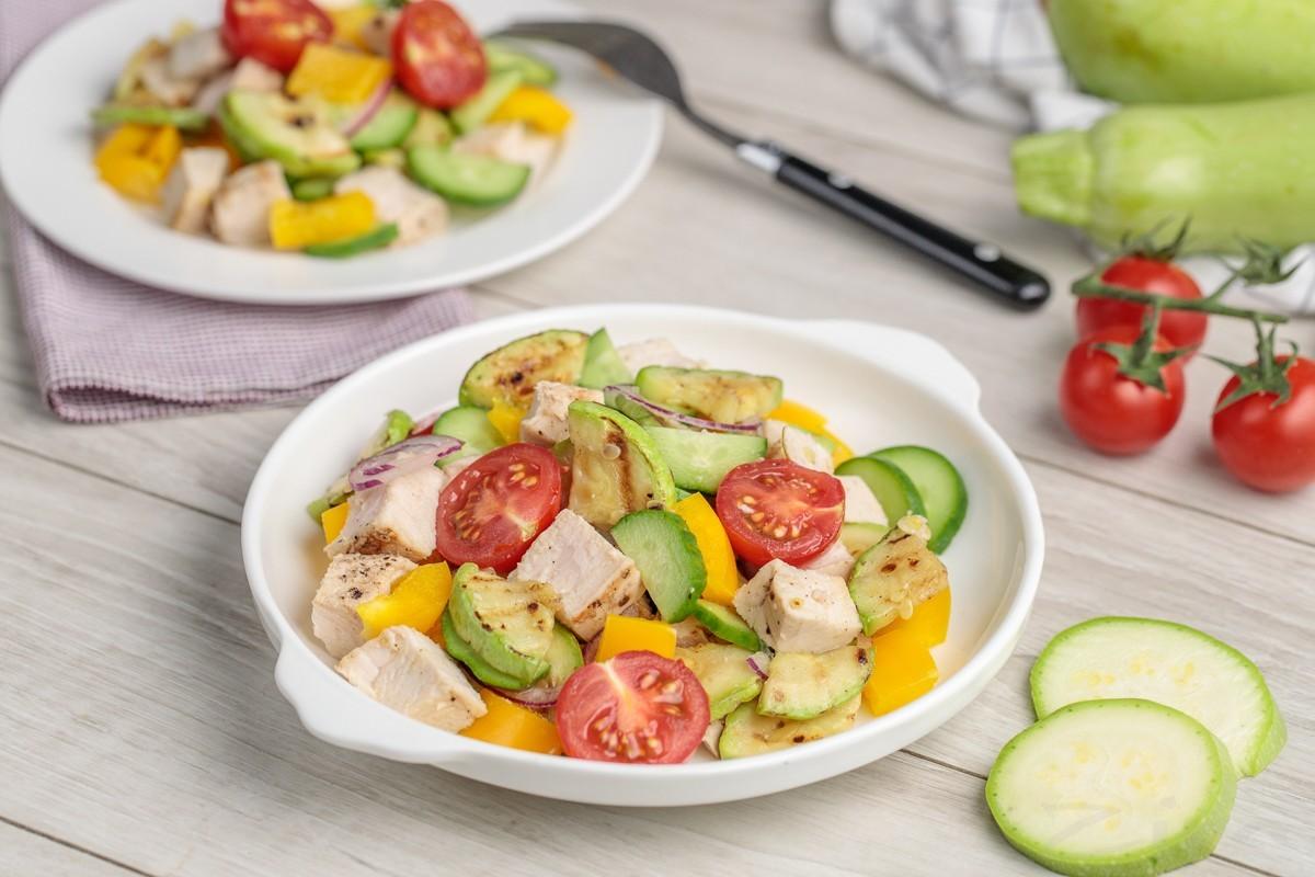Легкий салат из кабачков с курицей