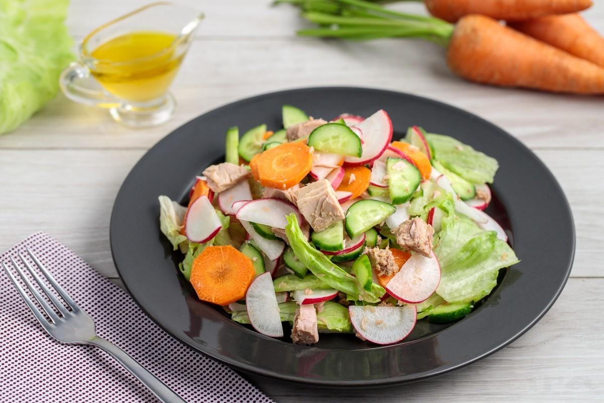 Tunets balig'i va sabzavotlardan salat