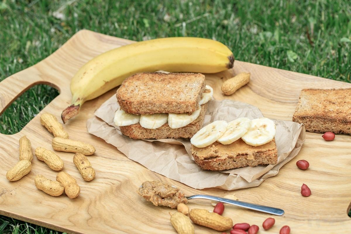 Цельнозерновые тосты с арахисовой пастой