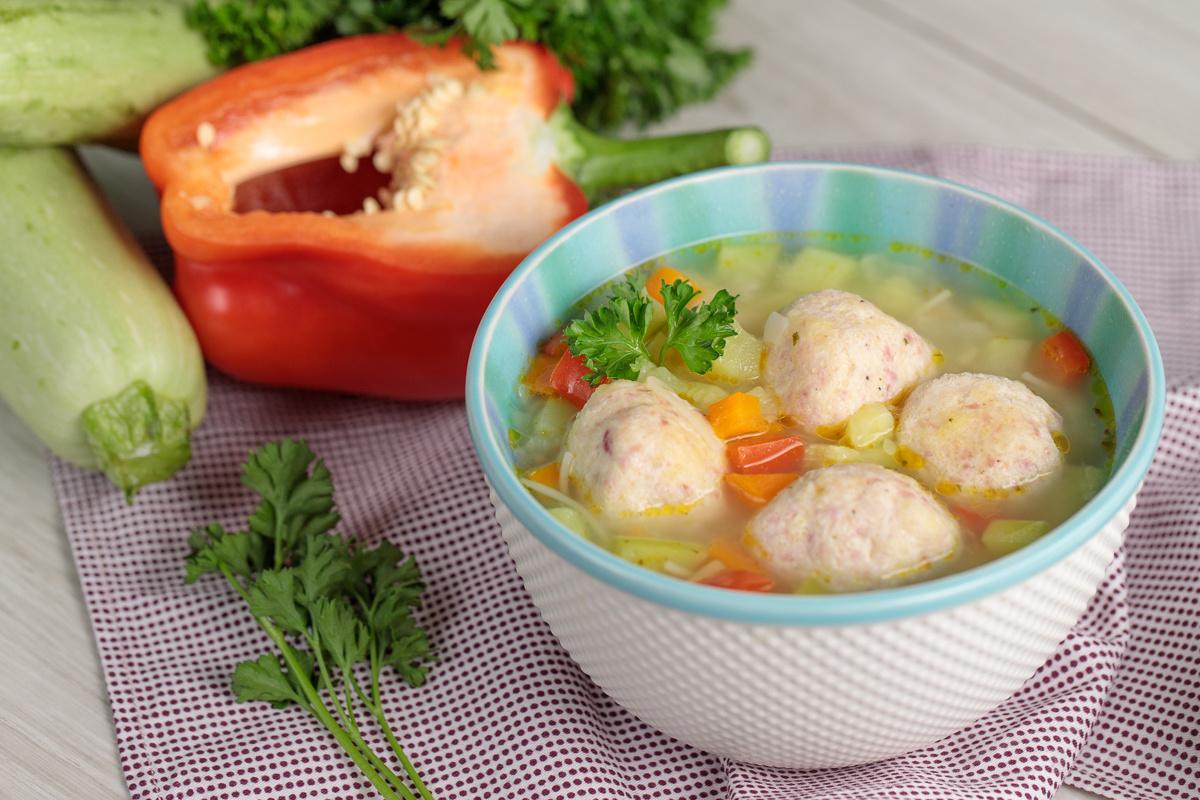 Летний суп с кабачками и фрикадельками