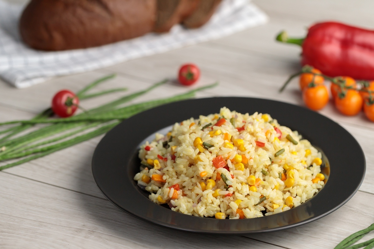 Рис с овощами в сковороде