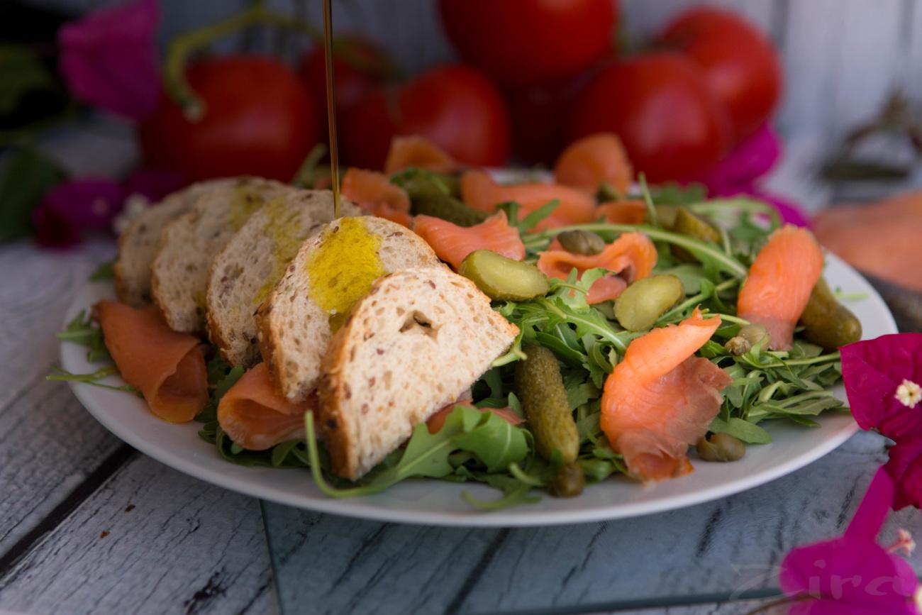 Салат из рукколы и копченого салмона