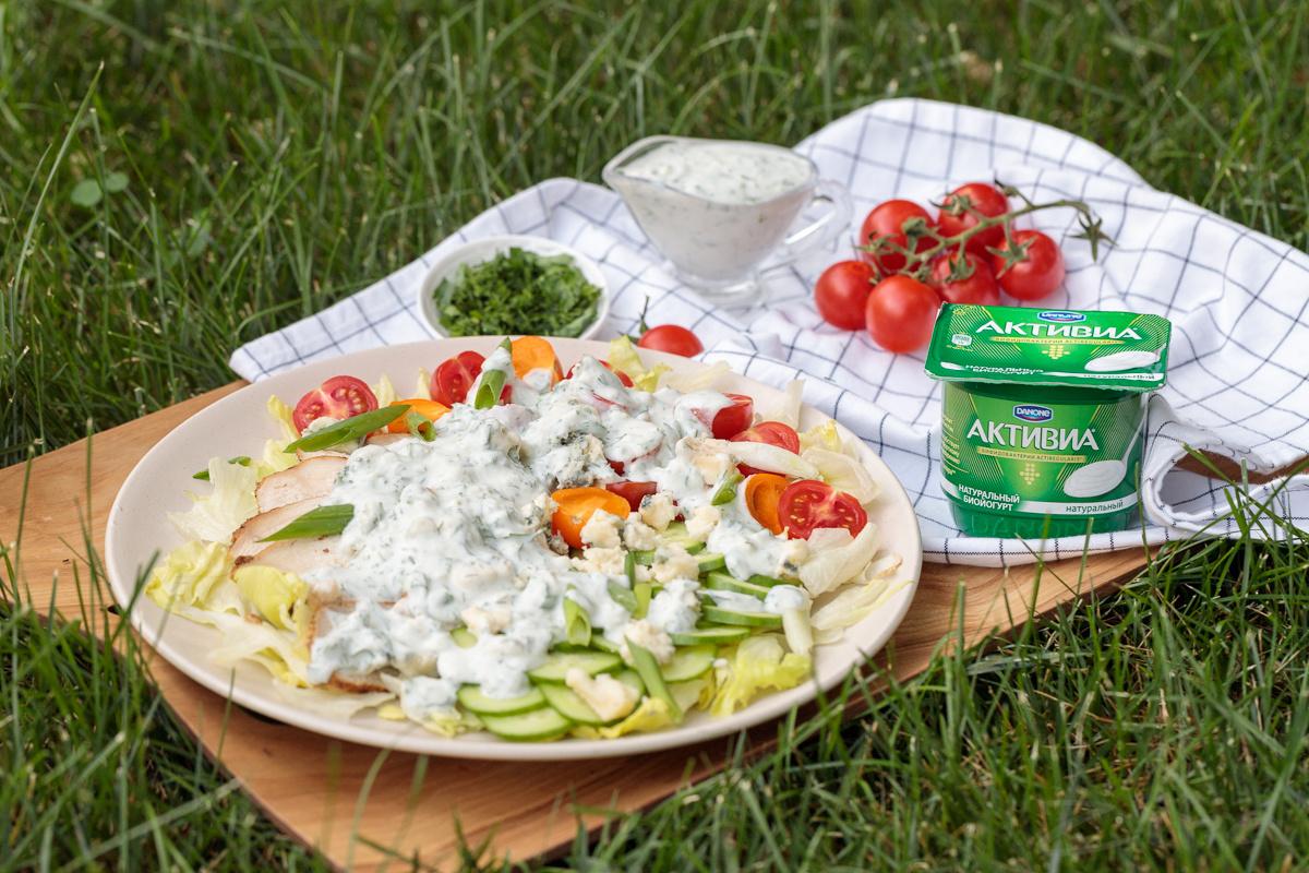 Tovuq go'shti va ko'k pishloqdan tayyorlanilgan salat