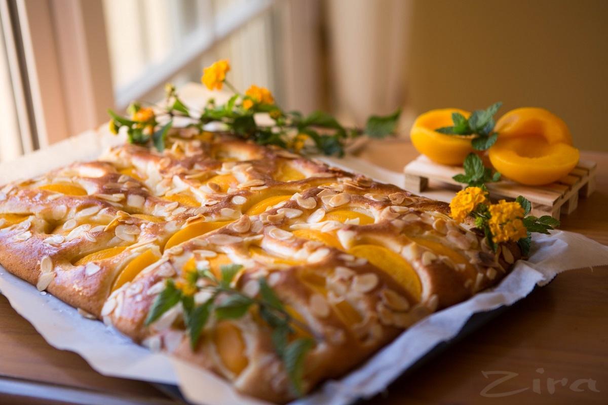 Пирог из консервированных абрикосов