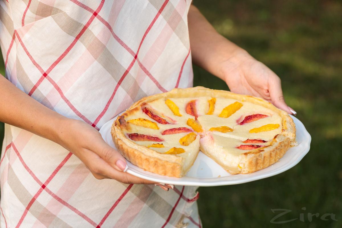 Быстрый пирог с персиками на слоеном тесте