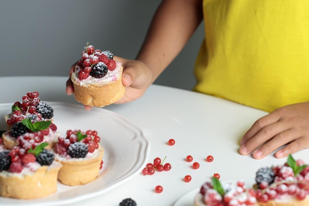 Готовят дети: пирожные со сметаной и ягодами