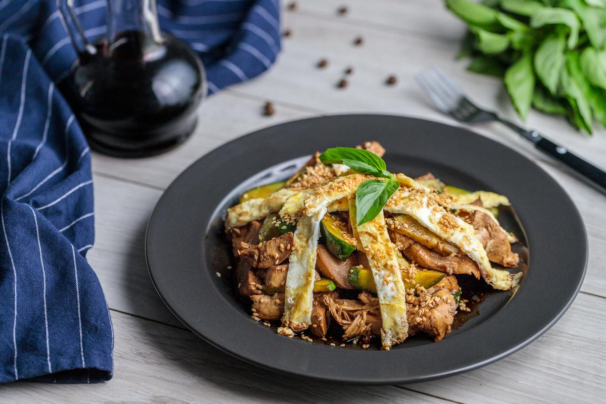 Простой салат с курицей и огурцом