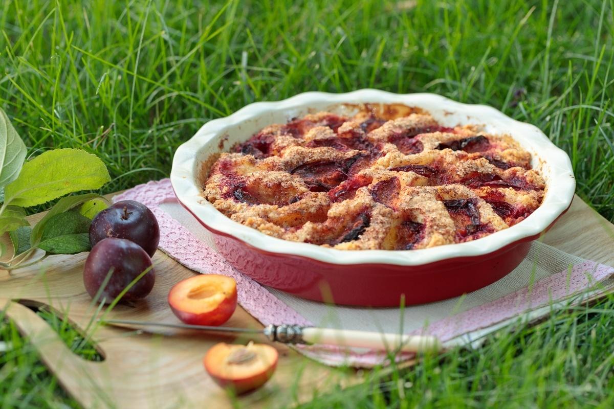 Пирог со сливами и карамельной заливкой
