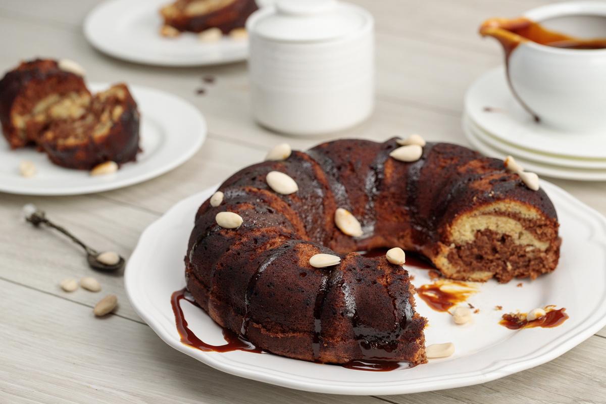 Видеорецепт: бананово-шоколадный пирог с орехами и карамелью