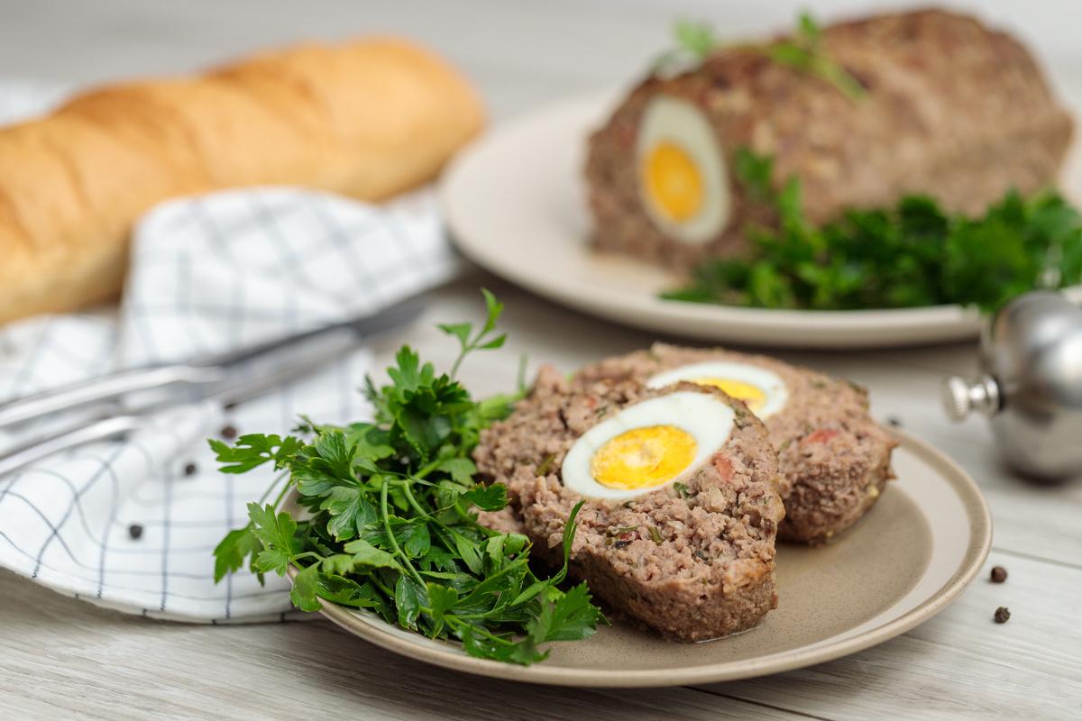 Видеорецепт: мясной рулет с вареными яйцами