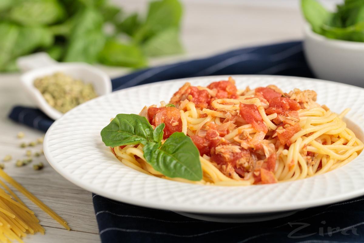Pomidor va tunets balig'idan tayyorlangan pasta