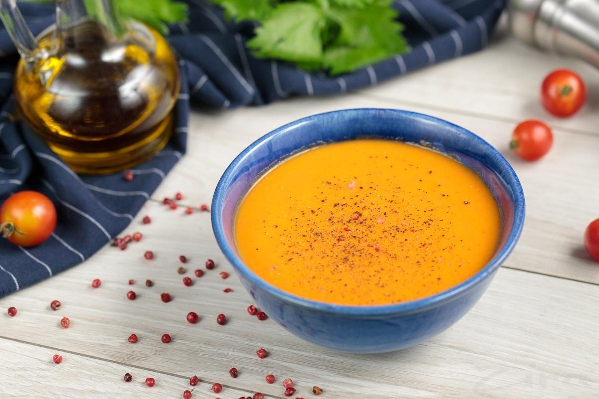 Qizil sabzi va pomidordan tayyorlanilgan quyuq sho'rva