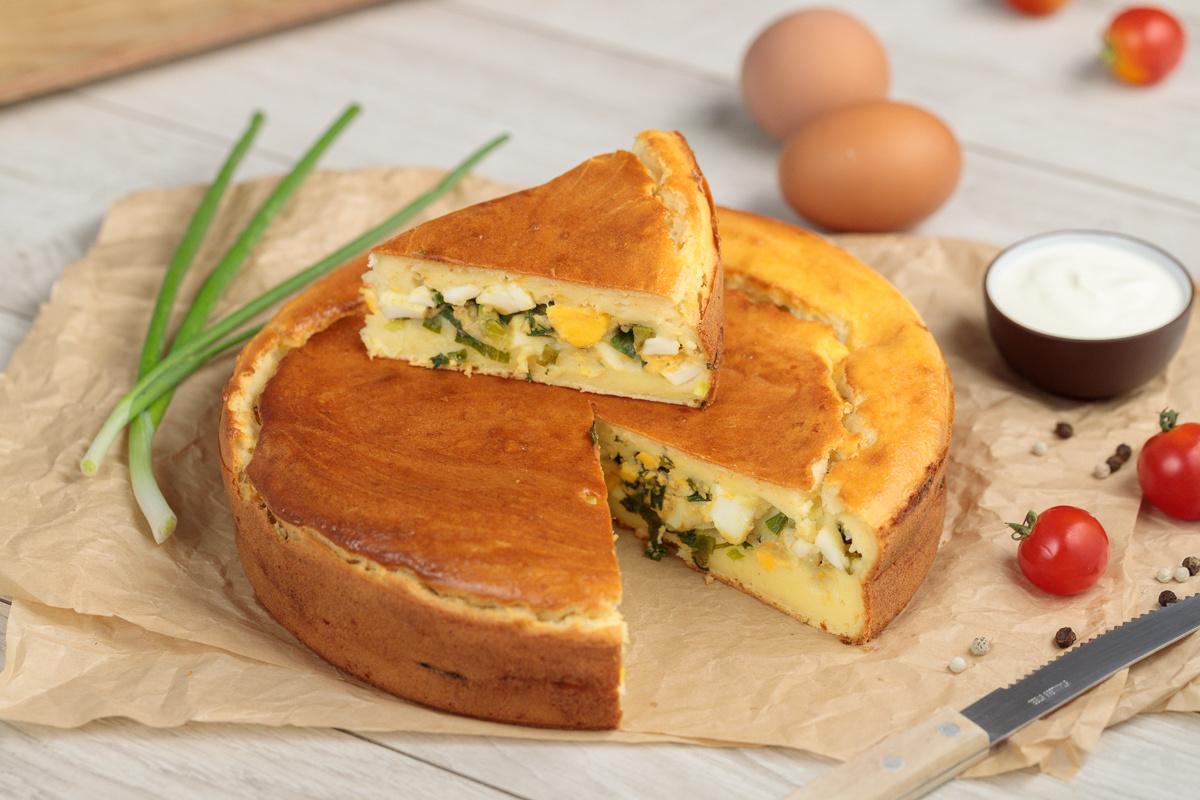 Заливной пирог с луком и яйцами