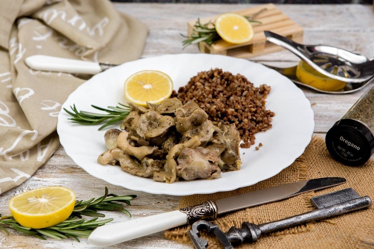 Куриные желудки с грибами в сливочном соусе