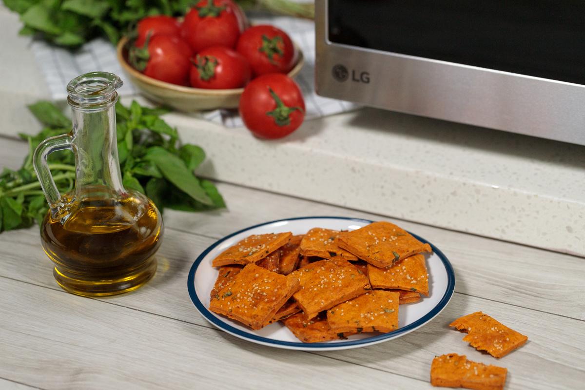 Видеорецепт: томатно-базиликовые крекеры
