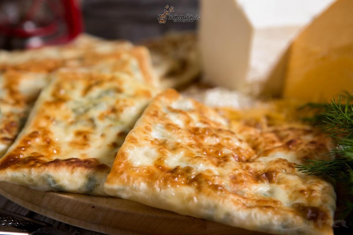 Турецкая лепешка гезлеме с сыром и брынзой