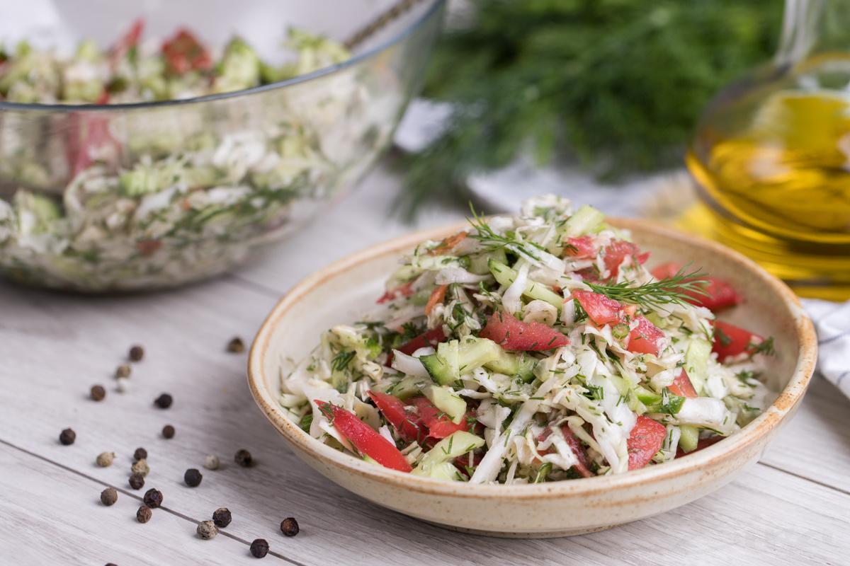 Свежий салат из капусты и помидоров