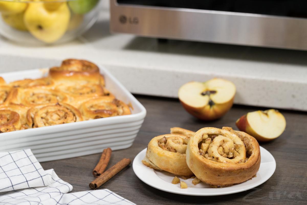 Видеорецепт: булочки с яблоками и корицей