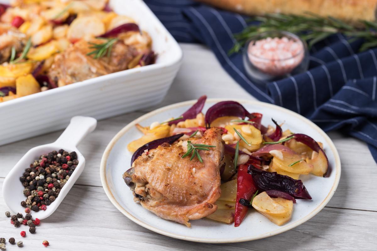 Курица запеченная с овощами и миндалем