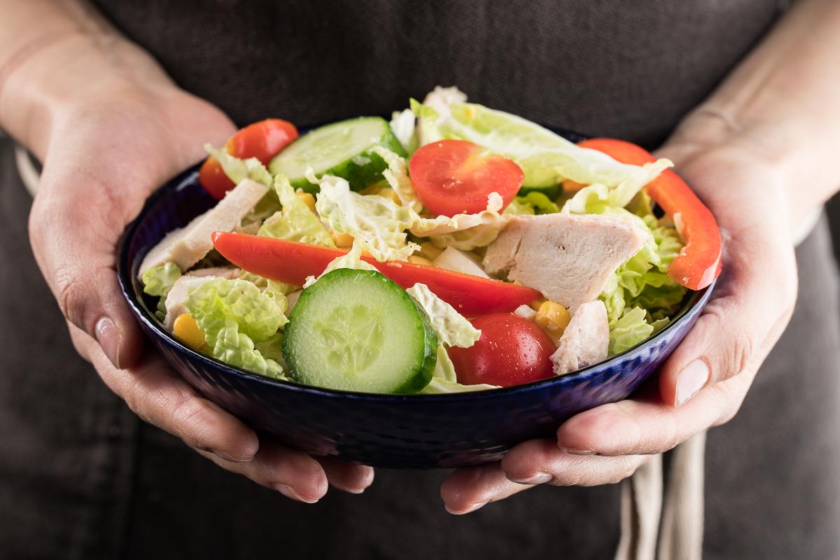 Pekin karami va tovuq filesidan tayyorlangan salat
