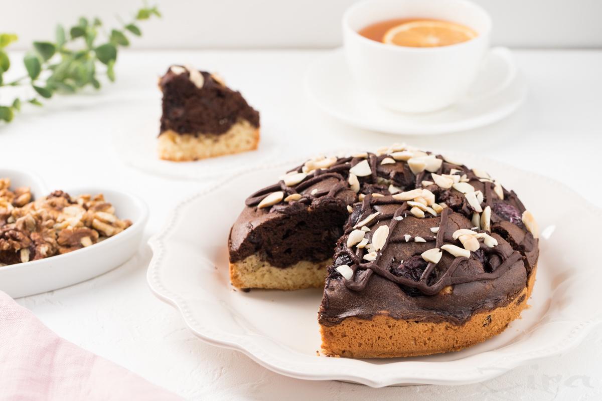 Видеорецепт: пирог с вишней и шоколадом