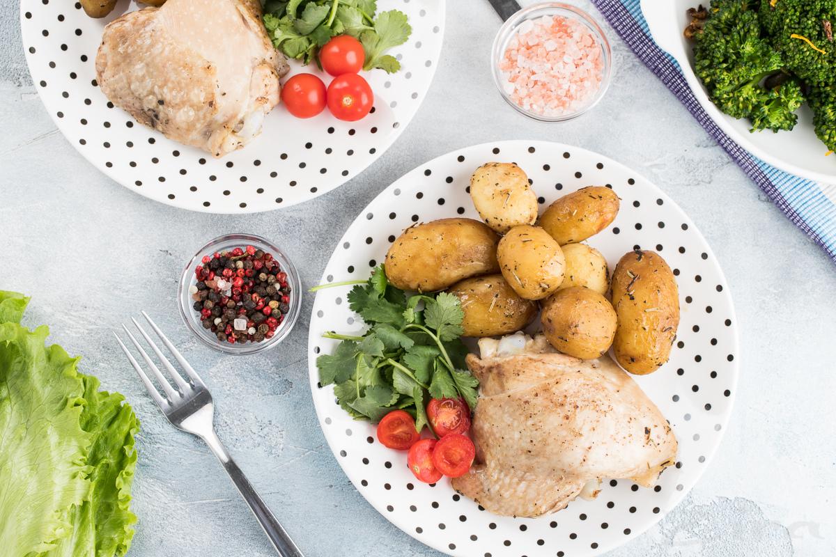 Куриные бедра запеченные с молодым картофелем