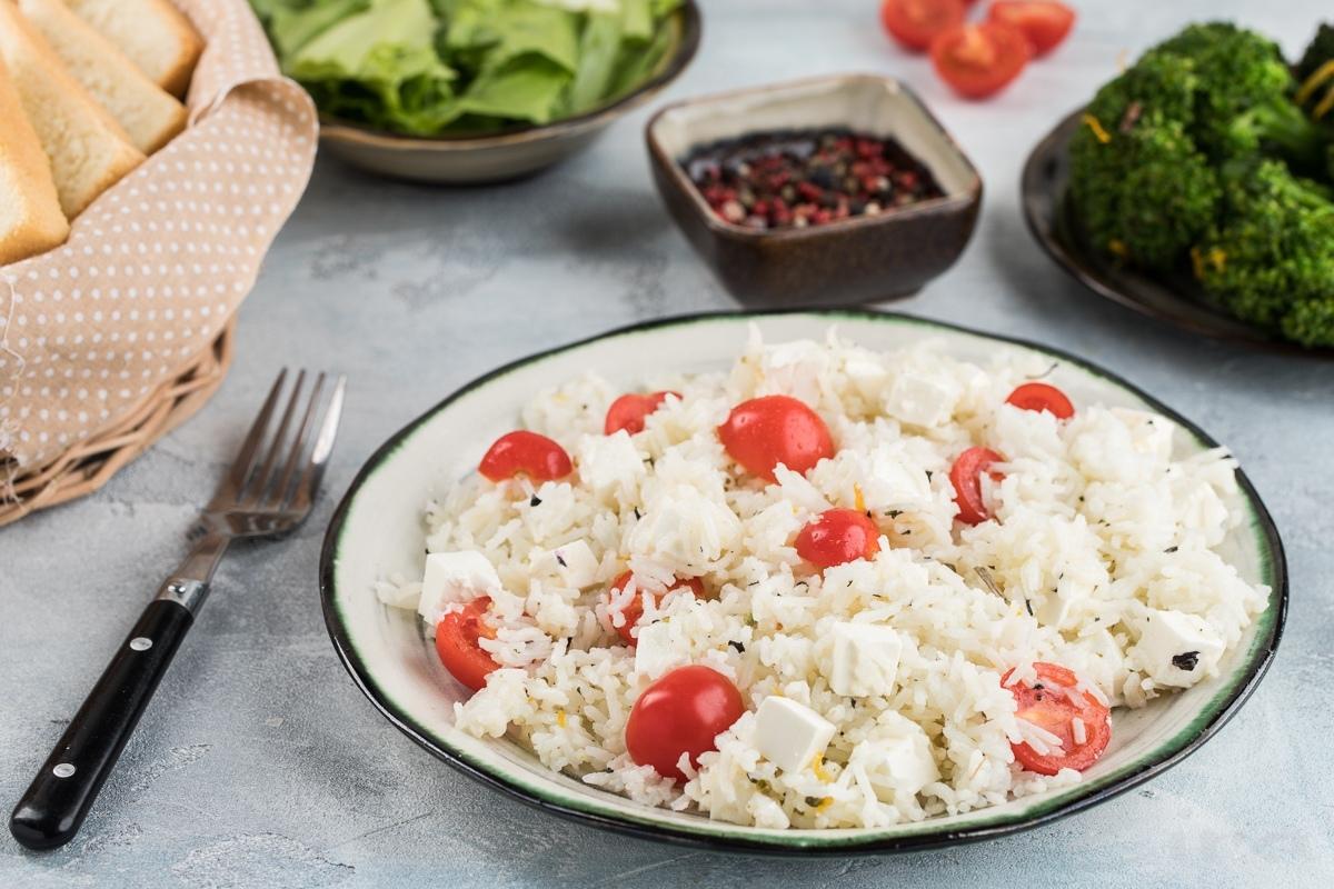Рис с помидорами и сыром фета