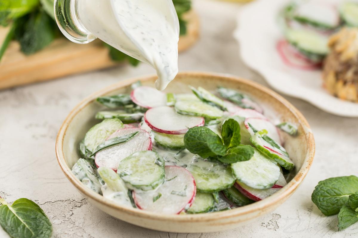 Свежий салат с мятной заправкой