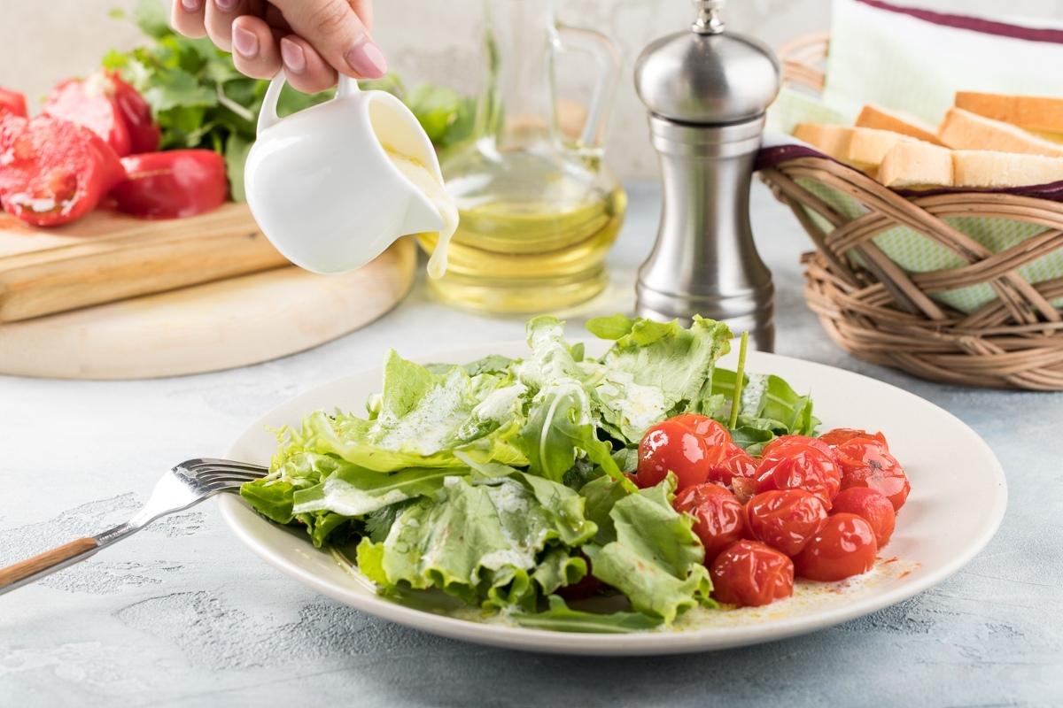 Салат из теплых помидоров с йогуртовой заправкой