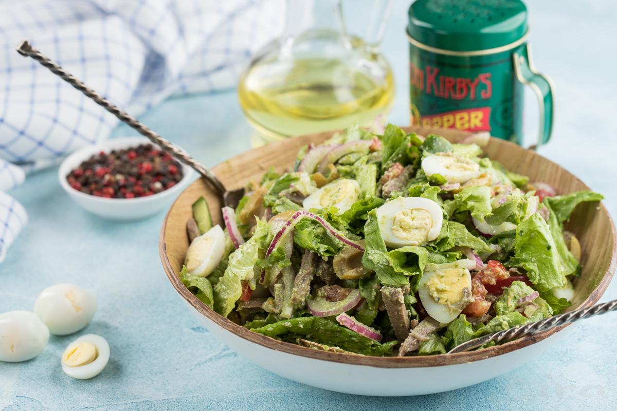 Мясной салат с соусом песто