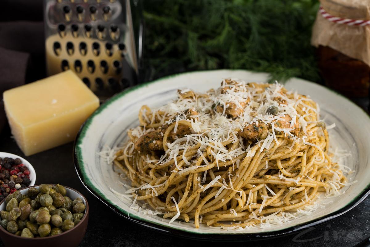 Спагетти с курицей и томатным соусом песто