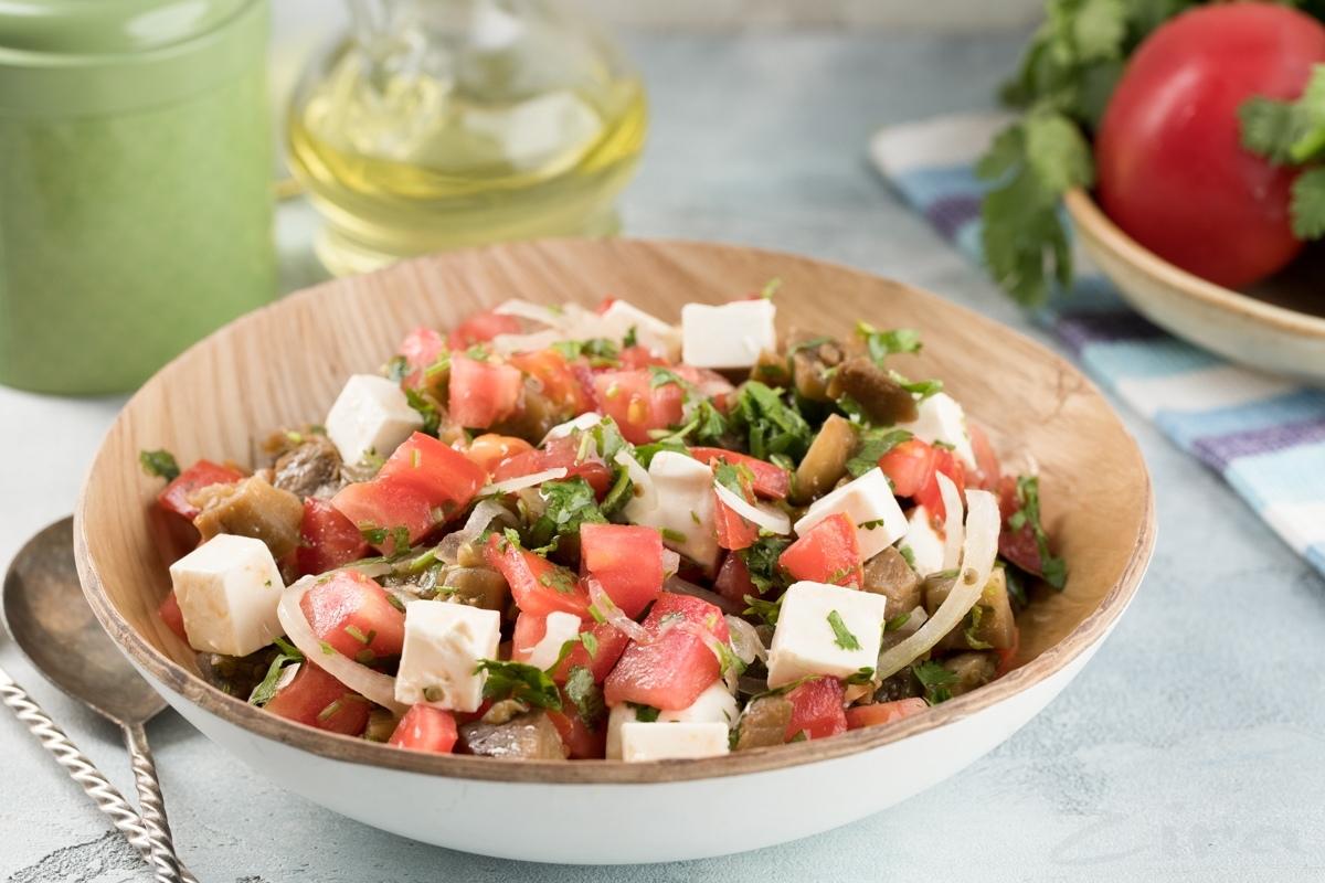 Теплый салат из баклажанов и брынзы